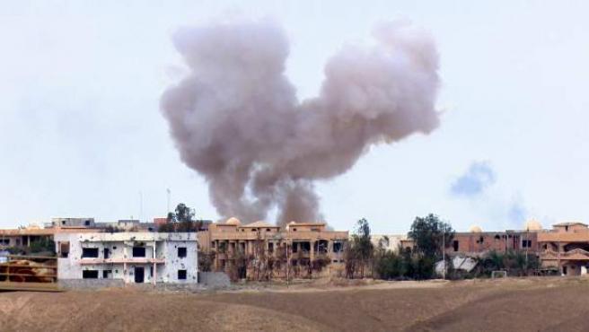 Una cortina de humo se eleva entre los edificios durante enfrentamientos entre el ejército iraquí y el grupo Estado Islámico (EI) en Tikrit.