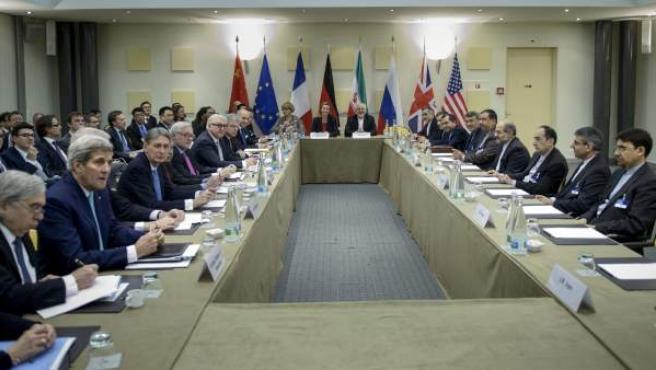 Mesa de negociación entre Irán, Estados Unidos y países de la Unión Europea para alcanzar un acuerdo nuclear.