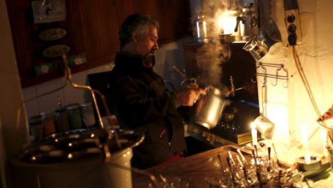 El dueño de una tetería trabaja a la luz de las velas durante un apagón masivo de este martes 31 de marzo de 2015, en Estambul (Turquía).