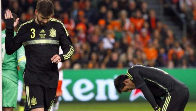 Gerard Piqué se lamenta en el Holanda - España.