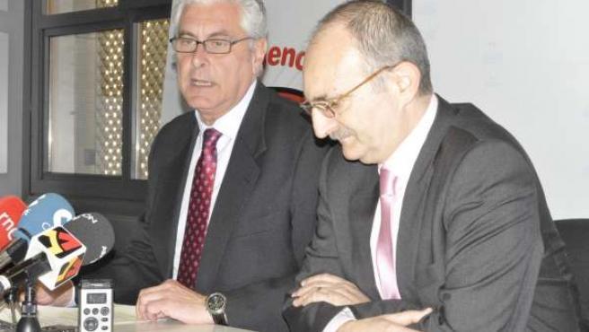 El consejero Antonio Suárez y el director de CARTV, Jesús López Cabeza.