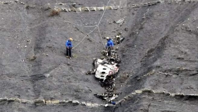 Miembros de los equipos de rescate recuperan partes del avión de Germanwings que se estrelló en Seyne-les-Alps (Francia).
