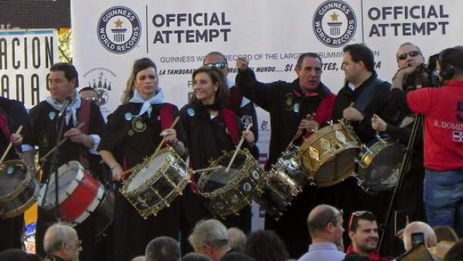 Más de 12.000 tamborileros participan en el intento, convocado por la Asociación de Peñas de Tamborileros de la Semana Santa de Hellín, de conseguir el récord Guinness a la Tamborada más numerosa del mundo.