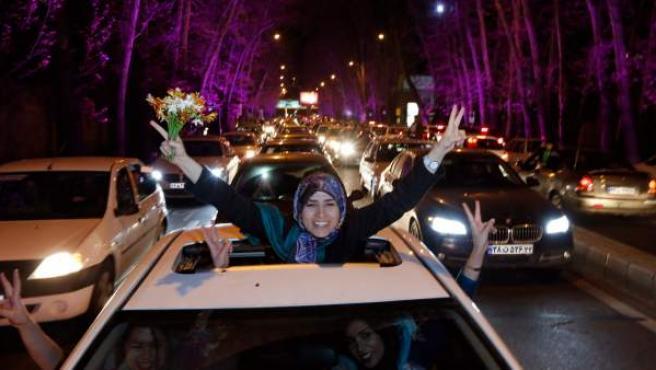 Iraníes celebran en una calle de Teherán el acuerdo nuclear.