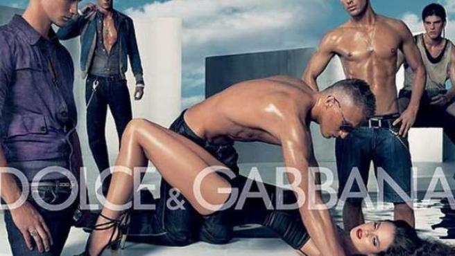 Imagen de un polémico anuncio de Dolce & Gabbana, que la firma retiró en España en 2007.