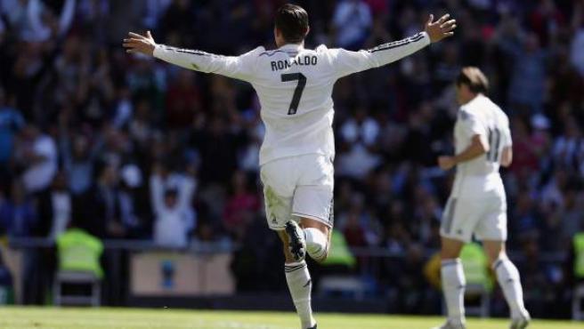 El delantero portugués del Real Madrid, Cristiano Ronaldo, celebra su gol ante el Granada durante el partido de la jornada 29 de liga de Primera División