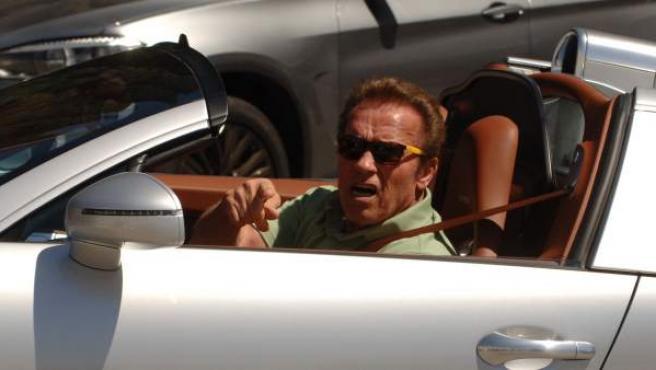 Arnold Schwarzenegger sale de su casa de Los Ángeles.
