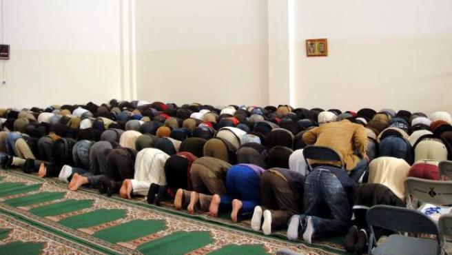 Imagen tomada durante la primera oración celebrada en la nueva mezquita de Tortosa, el pasado jueves, que sufrió actos vandálicos.