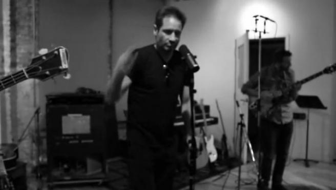 David Duchovny en el videoclip de su tema 'Another Year', perteneciente a su primer álbum 'Hell or Highwater'.