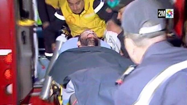 Imagen de la televisión marroquí 2MTV del traslado al hospital de Uarzazate del policía Juan Bolívar Bueno, el único de los tres espeleólogos españoles que cayeron a un barranco del Atlas marroquí y que sobrevivió al accidente.