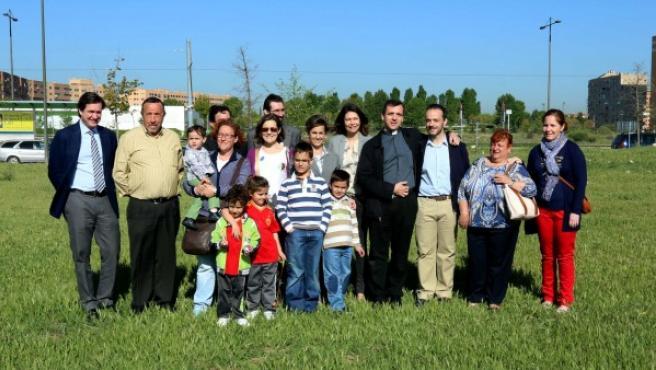 La consejera de Educación de la Comunidad de Madrid, Lucía Figar (centro de la imagen), durante una visita realizada en 2014 al futuro emplazamiento del nuevo colegio concertado religioso de Parla, que abrirá en el curso 2016/17.