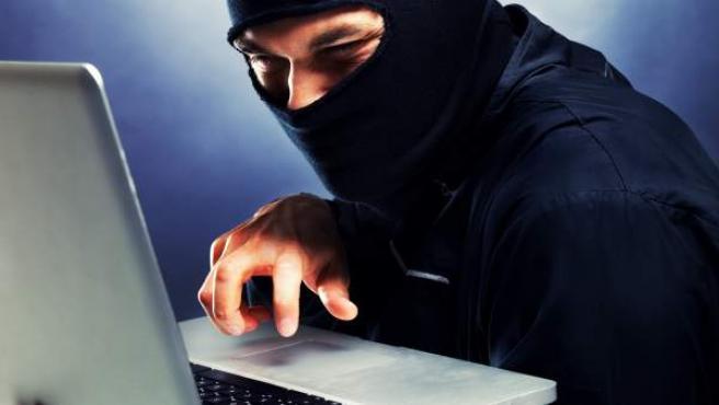 Un 'hacker' ejecuta un ciberataque.