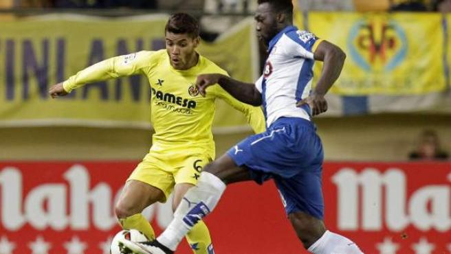 El delantero colombiano del Espanyol, Felipe Caicedo (d), intenta llevarse el balón ante el centrocampista mexicano del Villarreal, Jonathan Dos Santos.