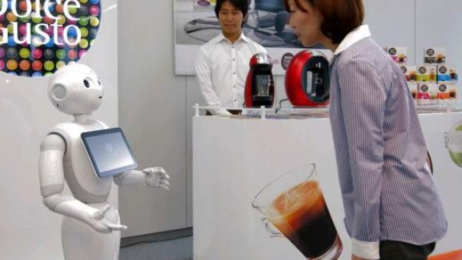 Uno de los robots dependientes en una tienda de Nestlé.