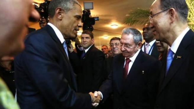 El presidente de EE UU, Barack Obama saluda a su homólogo cubano, Raúl Castro (d) durante un encuentro informal en la ceremonia inaugural de la VII Cumbre de las Américas en Ciudad de Panamá (Panamá).