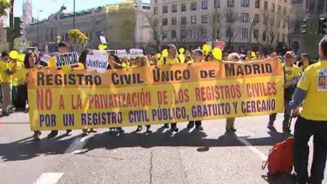 Cabecera de la manifestación de funcionarios de los registros civiles en contra de la reforma del sector.