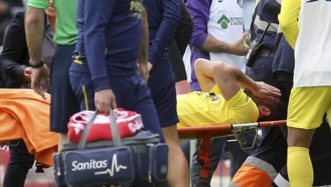 El jugador del Villarreal Mateo Musacchio, retirado en camilla después de que se torciera un tobillo en una jugada del partido correspondiente a la trigésima primera jornada de la liga de Primera División