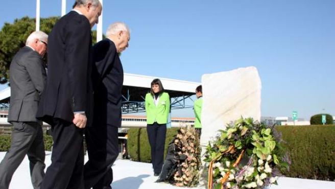 Los ministros de Exteriores de España, Francia y Alemania se acercan hacia el monolito erigido ante la terminal 2 del Aeropuerto de Barcelona, desde la que despegó el avión que se estrelló en los Alpes.