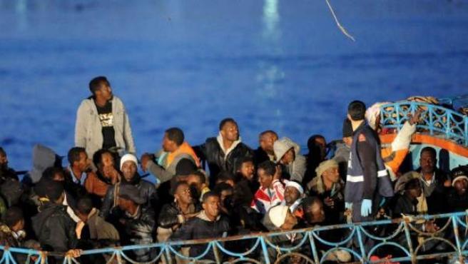Imagen de archivo de un grupo de inmigrantes africanos llegando a las costas italianas.