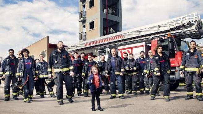 Una de las fotos del calendario que los bomberos del Ayuntamiento de Valencia han realizado para recaudar fondos para Nayra.