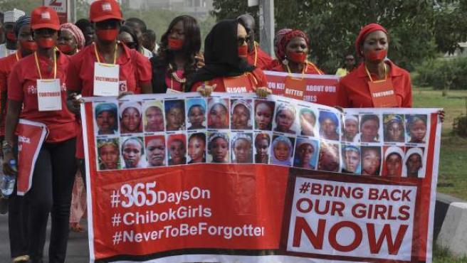 Nigerianos se manifiestan durante el primer aniversario del secuestro de un grupo de niñas en una escuela de Chibok, en Abuja (Nigeria).