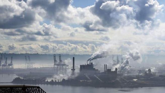 Imagen de un cielo con nubes y de los gases que desprende una planta de celulosa en el Puerto de Tacoma, Washington (EE UU).