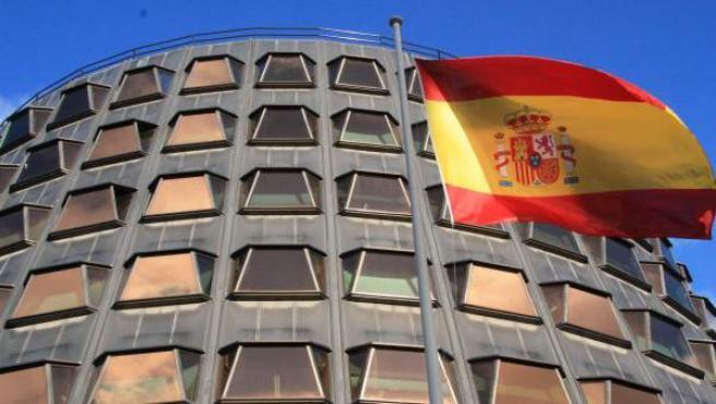 Una bandera española ondea ante la sede del Tribunal Constitucional.