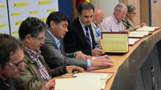 Firma de la CHE y 6 aytuntamientos sobre la cesión de energía reservada
