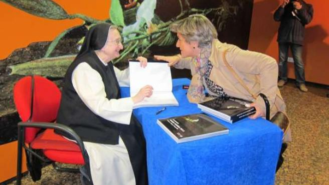 Isabel Guerra en la firma de catálogos en Ibercaja Patio de la Infanta