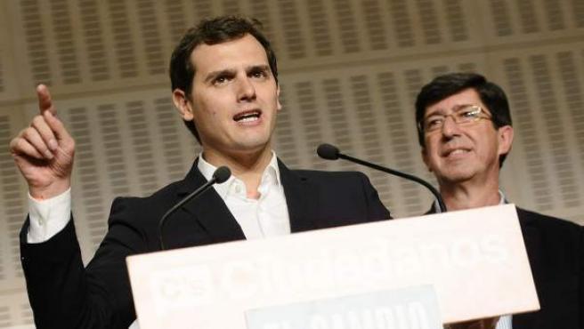El lider nacional de Ciudadanos, Albert Rivera, junto al candidato de este partido a la Presidencia de la Junta, Juan Marín (d).