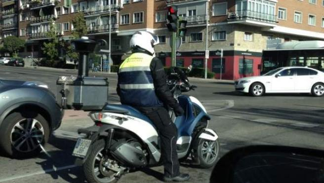 Operario del Servicio de Estacionamiento Regulado (SER) de Madrid conduciendo una de las motocicletas dotadas con cámara para multar a los usuarios que no pongan el tique a la hora de aparcar en la calle.