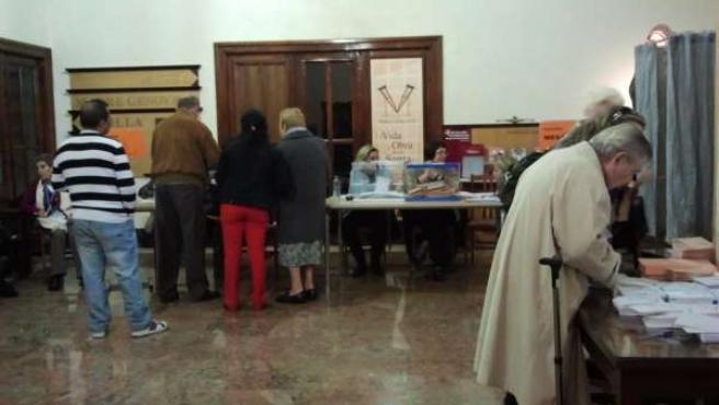 Zaragozanos en la jornada de elecciones en un colegio electoral