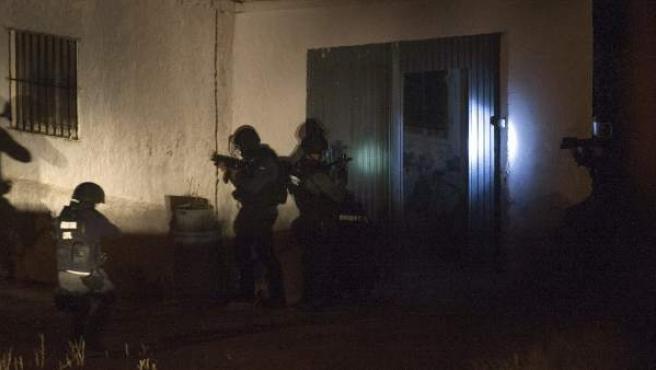 Miembros de la Guardia Civil se disponen entrar en la casa, situada en la localidad zaragozana de Ejea de los Caballeros
