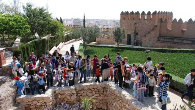 Turistas en uno de los recintos de La Alcazaba en este mes de abril