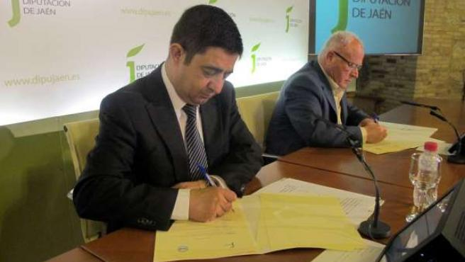 Francisco Reyes y Diego Valero firman el convenio.