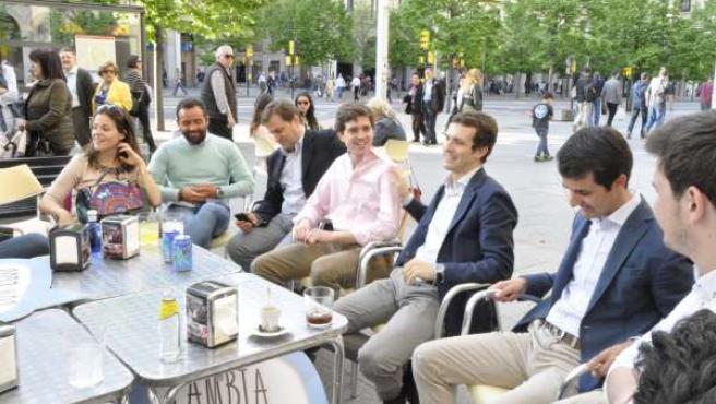El portavoz de campaña del PP, Pablo Casado, con NN.GG. De Aragón.