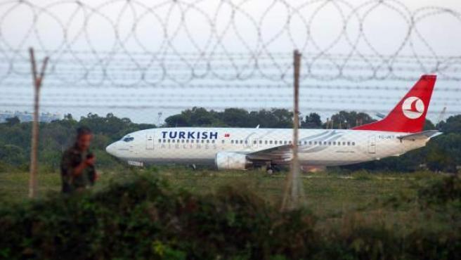 Un Boeing 737-400 de la compañía Turkish Airlines, en una imagen de archivo.