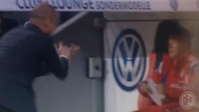 Guardiola, aplaudiendo irónicamente al médico del Bayern.