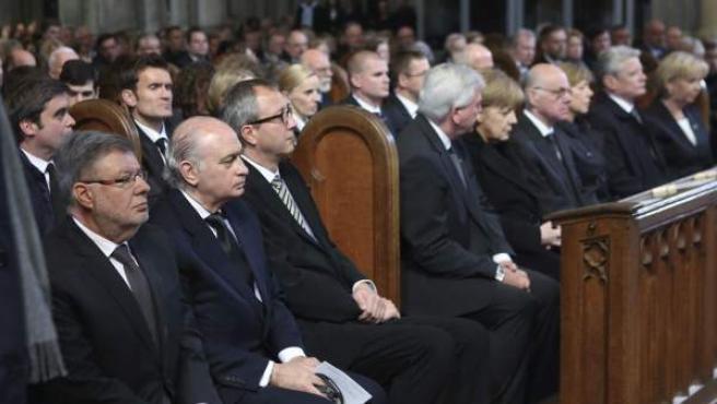 El Ministro del Interior español, Jorge Fernandez Díaz (2-i), y el ministro de Estado francés, Alain Vidalies (i), asisten al funeral de estado en memoria de las víctimas de Germanwings celebrado en la catedral de Colonia, Alemania.