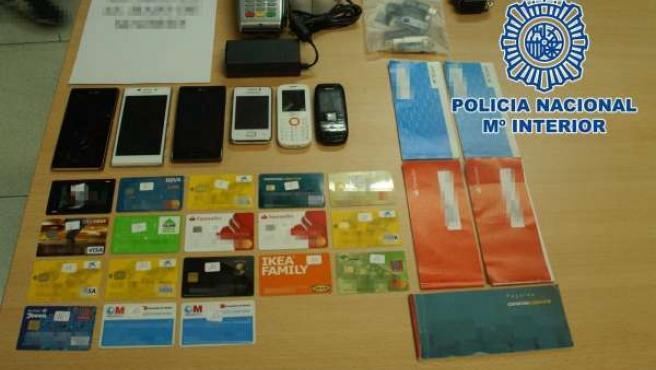 Tarjetas y teléfonos intervenidos por Policía