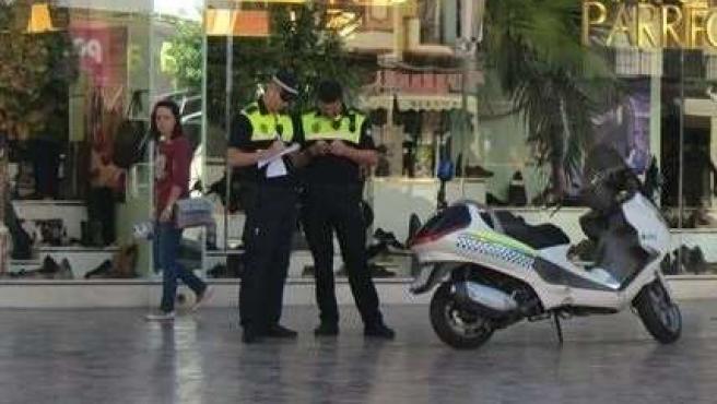 Policías locales agentes seguridad centro málaga turismo turistas moto