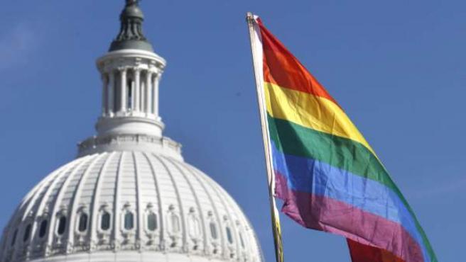 La bandera arcoiris, sujetada por activistas proderechos de los homosexuales, frente al Capitolio.