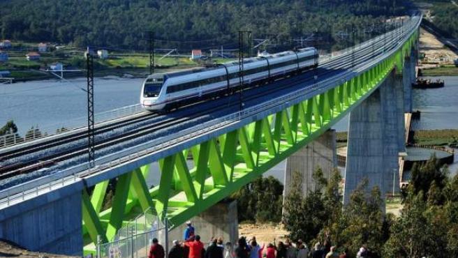 Imagen del nuevo trazado de la línea de alta velocidad del Eje Atlántico, cruzando el Río Ulla, a su paso por Catoira (Pontevedra).