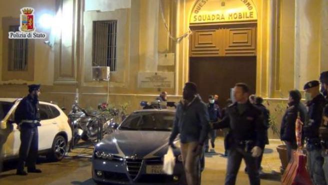 Imagen facilitada por la policía italiana en la que varios agentes acompañan a unos inmigrantes en Palermo (Sicilia).