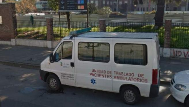 Ambulancia en el exterior del Hospital Posadas, en Argentina.