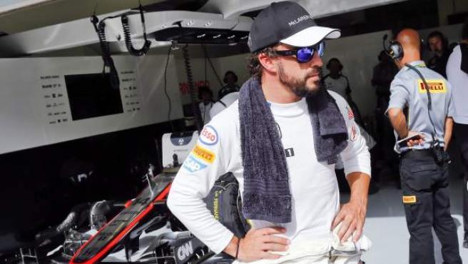El piloto Fernando Alonso, en un descanso en los entrenamientos del GP de Bahréin.
