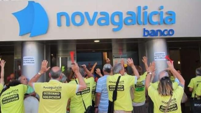 Manifestantes frente a una sucursal de Novagalicia por la venta de preferentes.