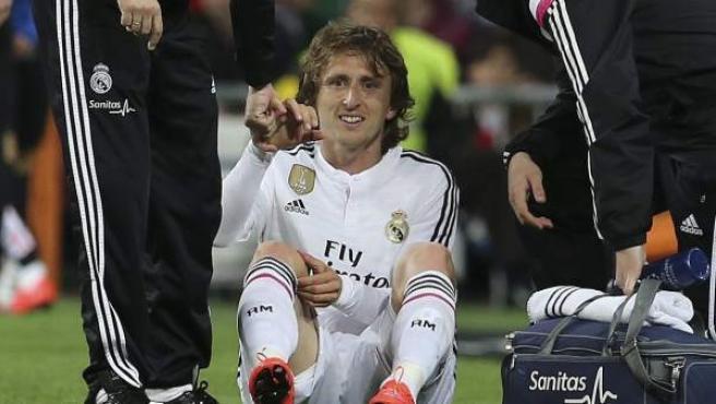 El centrocampista croata del Real Madrid Luka Modric (c) se duele en el suelo durante el partido frente al Málaga de la trigésima segunda jornada de liga de Primera División.