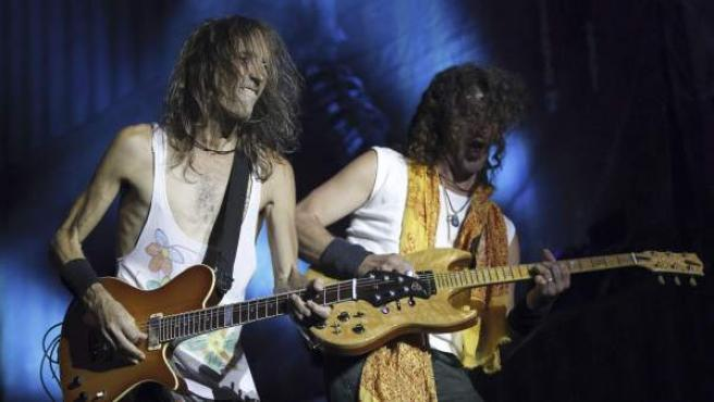 El guitarrista y cantante de Extremoduro, Robe Iniesta (i), e Iñaki Antón durante el concierto del grupo extremeño en Madrid con motivo de su último álbum 'Contra todos los públicos'.