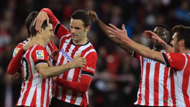 El delantero del Athletic de Bilbao Aduriz (i) es felicitado por sus compañeros tras marcar ante el Getafe, durante el partido de Liga en Primera División disputado en el estadio de San Mamés, en Bilbao.